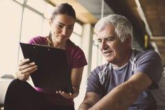 Allenamento dell'uomo senior nel centro di riabilitazione Immagini Stock Libere da Diritti