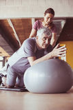 Allenamento dell'uomo senior nel centro di riabilitazione Immagini Stock