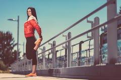 Allenamento della città Bello addestramento della donna in un ambiente urbano Immagine Stock Libera da Diritti