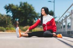 Allenamento della città Bello addestramento della donna in un ambiente urbano Fotografia Stock