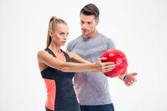 Allenamento della donna con la palla di forma fisica Immagine Stock