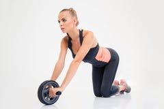 Allenamento della donna con la ruota di esercizi Fotografie Stock Libere da Diritti