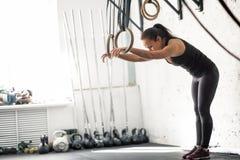 Allenamento della donna dell'anello della immersione di forma fisica all'esercizio di immersione della palestra Fotografie Stock