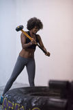 Allenamento della donna di colore con la gomma del trattore e del martello Fotografia Stock Libera da Diritti