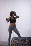 Allenamento della donna di colore con la gomma del trattore e del martello Fotografie Stock