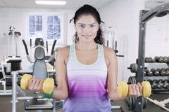 Allenamento della donna di forma fisica alla palestra nella stagione invernale Immagini Stock Libere da Diritti