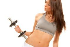 Allenamento della donna di forma fisica con i dumbbells dei pesi Fotografie Stock