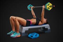 Allenamento della donna di forma fisica con il bilanciere Immagine Stock