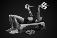 Allenamento della donna di forma fisica con il bilanciere Fotografie Stock