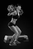 Allenamento della donna di forma fisica con il bilanciere alla palestra Fotografia Stock Libera da Diritti