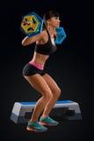 Allenamento della donna di forma fisica con il bilanciere alla palestra Immagini Stock