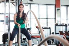 Allenamento della donna di forma fisica con la corda di battaglia Immagini Stock Libere da Diritti