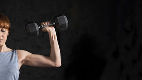 Allenamento della donna di forma fisica con la testa di legno Fotografia Stock Libera da Diritti