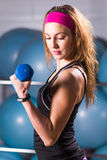 Allenamento della donna di forma fisica con la testa di legno Fotografia Stock
