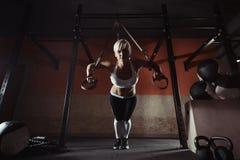 Allenamento della donna di forma fisica sul TRX nella palestra Fotografia Stock Libera da Diritti