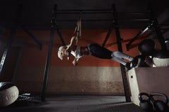 Allenamento della donna di forma fisica sul TRX nella palestra Fotografie Stock