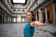 Allenamento della donna di forma fisica vicino alla galleria di uffizi a Firenze, Italia Fotografia Stock Libera da Diritti