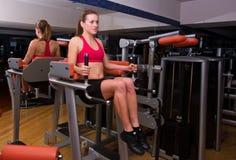 Allenamento della donna in ginnastica Fotografie Stock Libere da Diritti