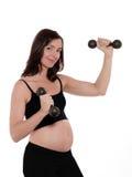 Allenamento della donna incinta con Dumbells Immagine Stock Libera da Diritti