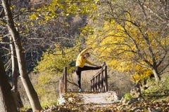 Allenamento della donna nel parco di autunno Fotografia Stock Libera da Diritti