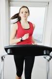 Allenamento della donna nel randello di forma fisica sulla pista corrente Immagini Stock