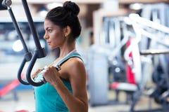 Allenamento della donna sul machin di esercizi Immagini Stock Libere da Diritti