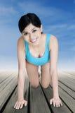 Allenamento della donna sul pavimento di legno Fotografia Stock Libera da Diritti
