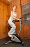 Allenamento della donna sulla bicicletta fissa Immagini Stock Libere da Diritti