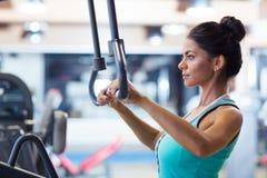 Allenamento della donna sulla macchina di esercizi Fotografia Stock