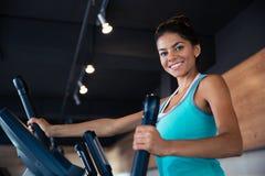 Allenamento della donna sulla macchina di esercizi Immagini Stock Libere da Diritti