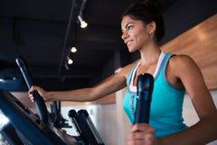 Allenamento della donna sulla macchina di esercizi Fotografia Stock Libera da Diritti