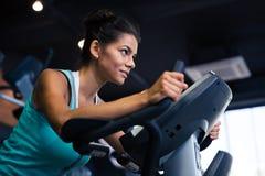 Allenamento della donna sulla macchina di esercizi Fotografie Stock Libere da Diritti