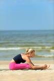 Allenamento della donna sulla spiaggia Immagine Stock Libera da Diritti