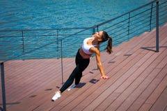 Allenamento della giovane donna all'aperto nella passeggiata della città lungo il rive Fotografia Stock Libera da Diritti