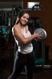 Allenamento della giovane donna con la palla medica Immagini Stock