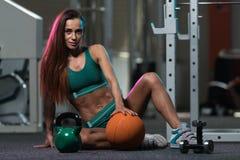 Allenamento della giovane donna con la palla medica Fotografia Stock Libera da Diritti