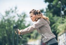 Allenamento della giovane donna di forma fisica nel parco della città Immagini Stock Libere da Diritti