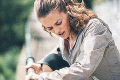 Allenamento della giovane donna di forma fisica nel parco della città Immagini Stock
