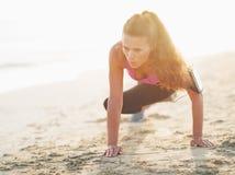 Allenamento della giovane donna di forma fisica sulla spiaggia Fotografia Stock