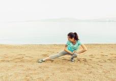 Allenamento della giovane donna sulla spiaggia Fotografie Stock Libere da Diritti