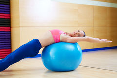 Allenamento della palestra di esercizio del fitball di abdo della donna di Pilates Fotografie Stock