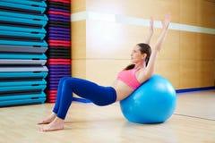 Allenamento della palestra di esercizio del fitball di abdo della donna di Pilates Fotografia Stock