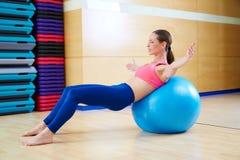Allenamento della palestra di esercizio del fitball di abdo della donna di Pilates Fotografie Stock Libere da Diritti