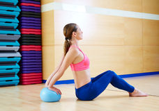 Allenamento della palestra di esercizio della palla di stabilità della donna di Pilates Fotografia Stock