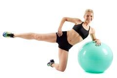 Allenamento della ragazza di forma fisica con la palla della palestra Immagine Stock Libera da Diritti