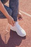 Allenamento della ragazza di sport esercitazione Forma fisica salute Legatura della ragazza Fotografia Stock