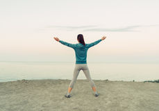 Allenamento della ragazza sulla costa di mattina Immagine Stock Libera da Diritti