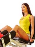 Allenamento della ragazza sulla stampa della gamba Fotografia Stock Libera da Diritti