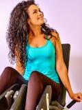 Allenamento della ragazza sulla stampa della gamba Sguardo via Fotografie Stock