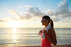 Allenamento della spiaggia di forma fisica di estate e stile di vita sano Immagini Stock